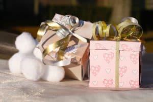 מתנה ארוזה בקופסא עם סרט