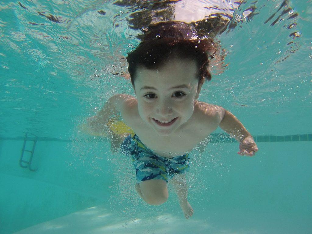 ילד שוחה