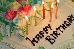 נרות יום הולדת על עוגה